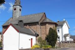 Im Hintergrund die Kirche. Im Vordergrund ist der Backes zu erkennen.